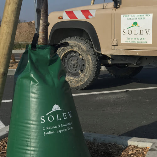 Ce sac d'arrosage pour arbre permet de diviser par cinq les consommations d'eau tout en assurant un développement optimum des arbres.