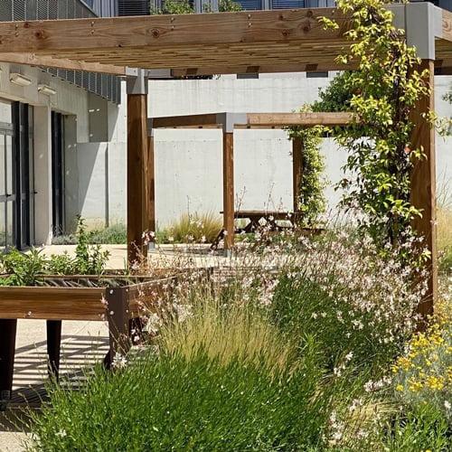 SOLEV aménage une place ombragée dans votre jardin.