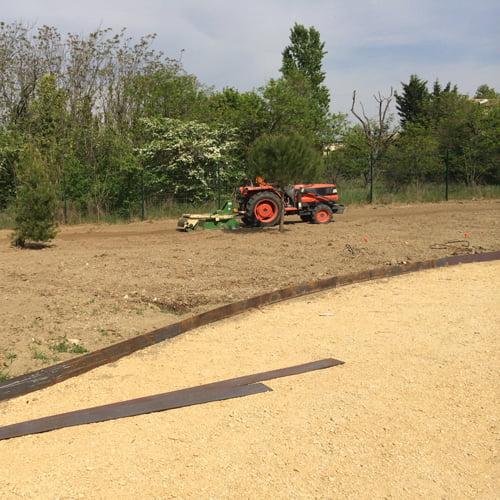 Équipés d'une large gamme d'outils de préparation de sol et d'ensemencement, les jardiniers SOLEV sauront trouver la solution pour votre projet.