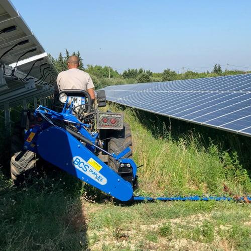 Fauchage photovoltaïque, SOLEV dispose de faucheuse à sections et écopastoralisme.